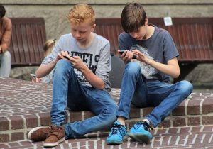 How to Make A Smart Use of Your Smartphone When You are Together with Others
